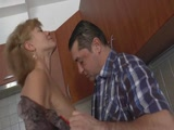 Mature nő félrekefél míg férje dolgozik